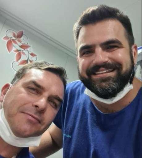 Médico que atendeu Flavio Bolsonaro postou uma foto com o senador
