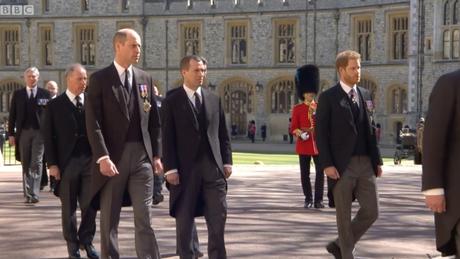 Peter Phillips entre William e Harry no cortejo fúnebre televisionado para todo o planeta