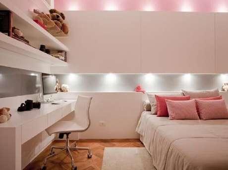 8. Decoração com mesa com gaveta para quarto feminino branco e rosa – Foto: Pinterest