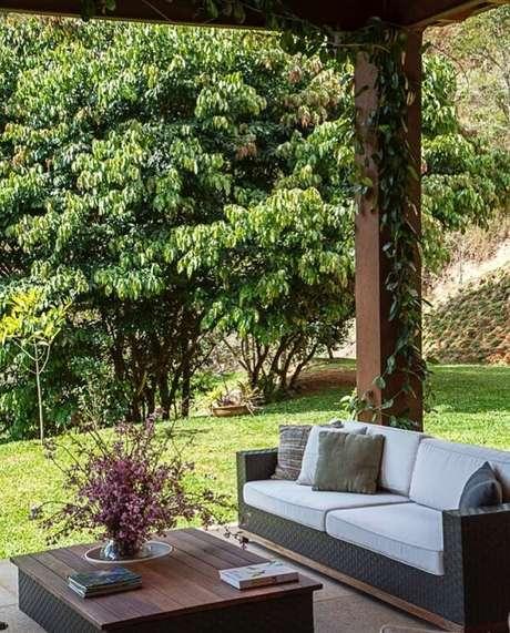 48. O sofá de vime para área externa combina perfeitamente com casas de campo. Fonte: Andrea Chicharo Arquitetura