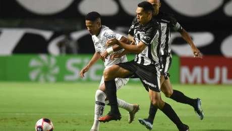 O atacante Ângelo tenta escapar da marcação da Inter de Limeira Foto: Divulgação/Santos FC