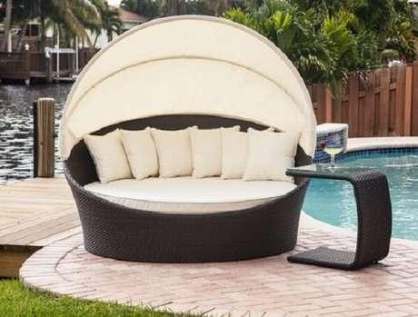 6. Esse modelo de sofá de vime redondo fica perfeito na área da piscina. Fonte: Pinterest