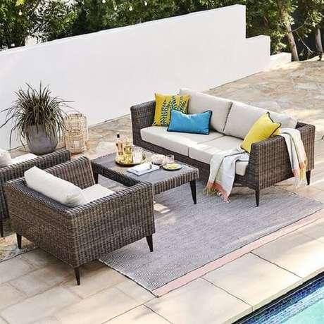 12. A mesa de centro tem o mesmo acabamento do sofá de vime. Fonte: West Elm