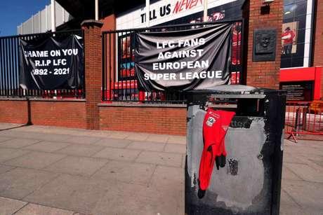 Anfield amanheceu sob protestos (Foto: Peter Byrne)