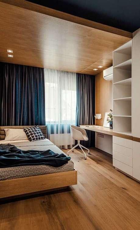 41. Mesa para quarto decorado com marcenaria até o teto – Foto: Jeito de Casa