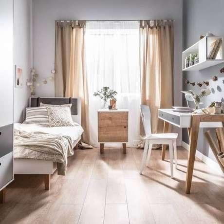 35. Decoração simples com mesa escrivaninha para quarto de solteiro – Foto: House Beautiful