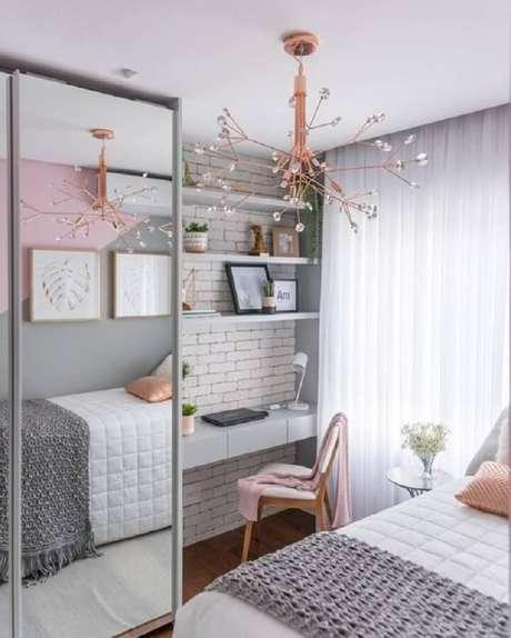 53. Mesa para quarto feminino cinza e rosa decorado com lustre moderno e guarda roupa espelhado – Foto: Pinterest
