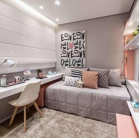 58. Mesa para quarto feminino branco e rosa decorado com quadro grande – Foto: Pinterest