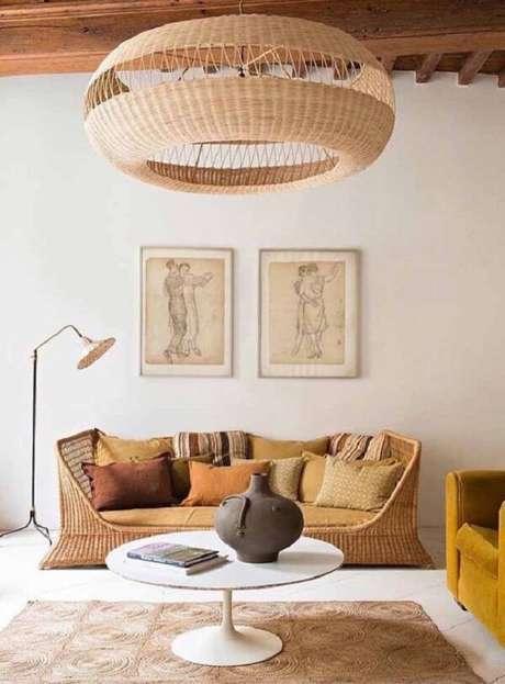 52. O teto de madeira se harmoniza com a decoração da sala com sofá de vime. Fonte: Pinterest