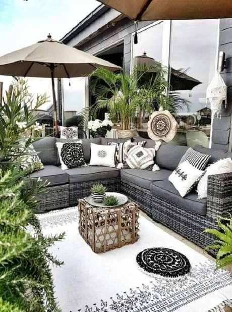 39. O ombrelone minimiza a presença do sol sobre aqueles que sentam no sofá de vime. Fonte: Pinterest