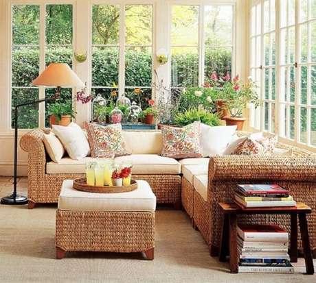 53. Os assentos do sofá de vime podem ter tampos removíveis que facilitam a limpeza. Fonte: Pinterest