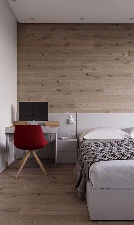 56. Mesa pequena para quarto de casal decorado com parede amadeirada – Foto: Home Fashion Trend