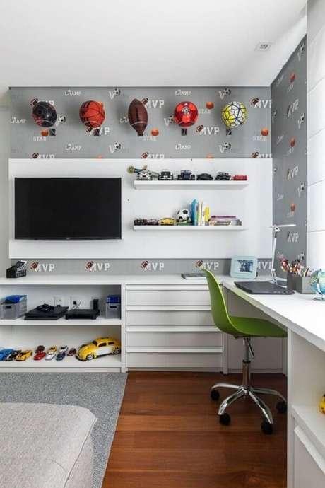 47. Mesa escrivaninha para quarto masculino decorado com painel de TV – Foto: Casa de Valentina