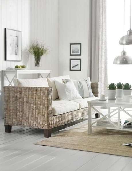 21. Decoração clean com sofá de vime para sala. Fonte: Pinterest