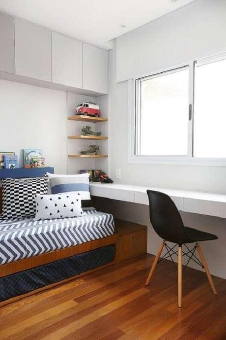 14. Decoração com cadeira preta e mesa suspensa para quarto masculino branco – Foto: Casa de Valentina