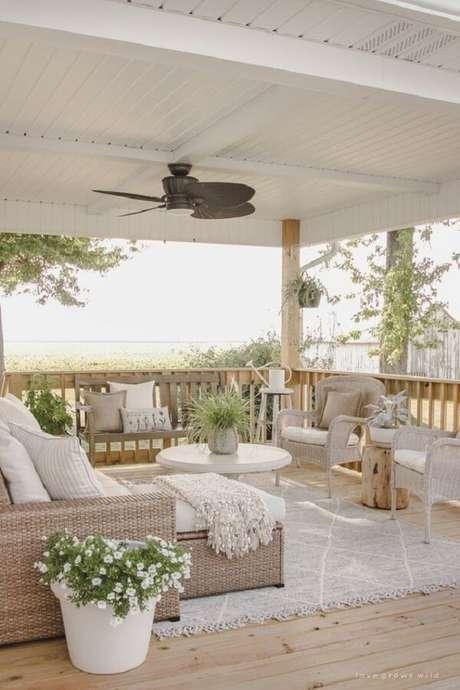 40. O sofá de vime combina facilmente com outros elementos decorativos. Fonte: Pinterest
