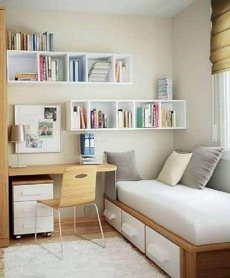 26. Decoração com nichos brancos e mesa pequena para quarto simples – Foto: Pinterest