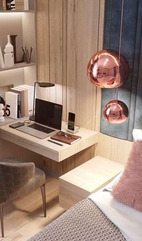30. Decoração moderna com luminária rose gold e mesa suspensa para quarto planejado – Foto: Archzine