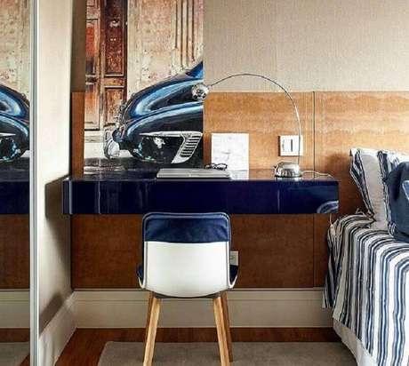 57. Mesa suspensa para quarto de casal decorado com cabeceira de madeira – Foto: Arquitrecos