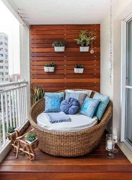 56. Sofá de vime redonda se encaixa perfeitamente nessa decoração de varanda. Fonte: Revista Viva Decora 2