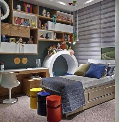 32. Decoração com mesa para quarto infantil planejado com nichos de madeira – Foto: Jeito de Casa