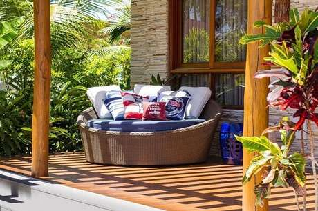 59. Sofá redondo de vime conhecido como chaise decora o terraço. Fonte: Jamile Lima
