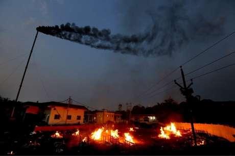 Parentes fazendo funerais de vítimas da covid-19 na cidade de Bhopal, no centro da Índia