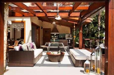 30. Modelo de sofá de vime para varanda com almofadas estampadas. Fonte: Infinity Spaces