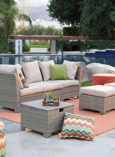 20. Crie um espaço confortável com sofá de vime próximo a área da piscina. Fonte: Pinterest
