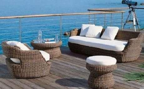 41. O sofá de vime combina perfeitamente com casas de praia. Fonte: Pinterest