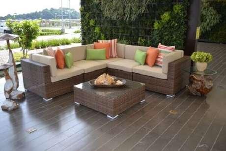 44. O sofá de vime em formato L otimiza o espaço do ambiente. Fonte: Pinterest