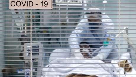 Decisão sobre o momento de intubar é crucial. Se uso da ventilação mecânica for retardada demais, paciente pode lesionar o pulmão só pelo esforço para respirar, dizem médicos ouvidos pela BBC News Brasil
