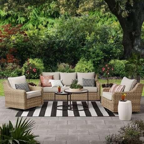 9. A fibra sintética é uma boa opção para o sofá de vime no jardim. Fonte: Pinterest