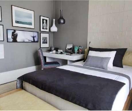 21. Quarto de casal cinza e branco decorado com mesa pequena para quarto – Foto: Pinterest