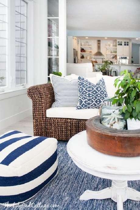 49. O sofá de vime para sala é muito usado em casas de praia e de campo. Fonte: Pinterest