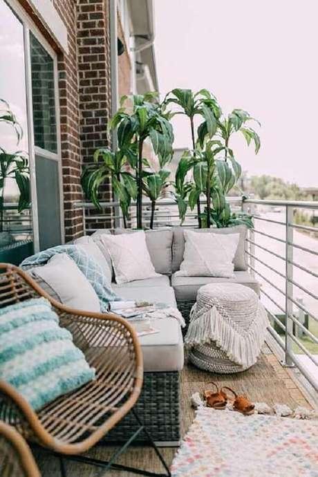 42. O sofá de vime de canto se encaixa perfeitamente nessa varanda. Fonte: Sua Decoração