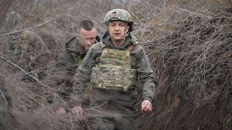 O presidente da Ucrânia, Zelensky, visitou o leste da Ucrânia na semana passada e pediu à Otan que admitisse o país como membro.