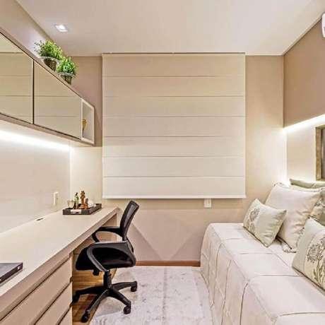 28. Decoração em cores claras com mesa de estudo para quarto de solteiro com armário aéreo espelhado – Foto: Pinterest