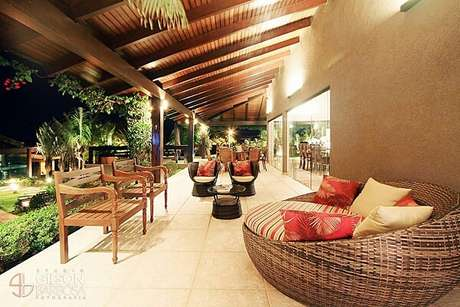 51. O sofá redondo de vime traz conforto e charme para esse terraço. Fonte: Revista Viva Decora