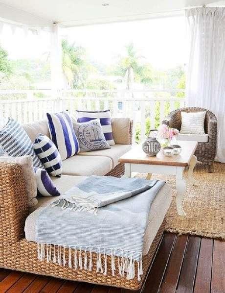 17. As almofadas e mantas deixam o ambiente mais aconchegante. Fonte: Pinterest