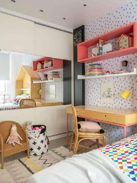 5. Mesa para quarto infantil decorado com nicho rosa e papel de parede de bolinhas – Foto: Mimoo Toys