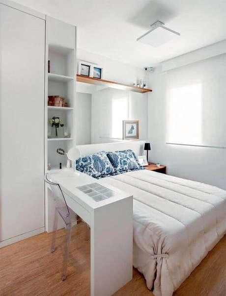 24. Móveis planejados com mesa para quarto de casal decorado todo branco – Foto: Pinterest
