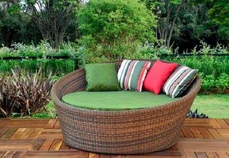 57. Sofá de vime redondo com almofadas coloridas alegram a área externa. Fonte: Pinterest