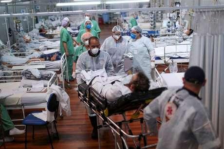 Paciente com Covid-19 é transferido em hospital de campanha em Santo André (SP) 07/04/2021 REUTERS/Amanda Perobelli