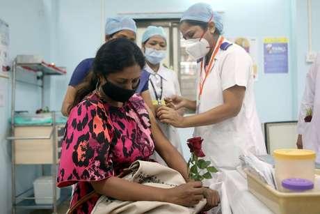 Profissional de saúde aplica dose de vacina contra Covid-19 em Mumbai, Índia 16/01/2021 REUTERS/Francis Mascarenhas