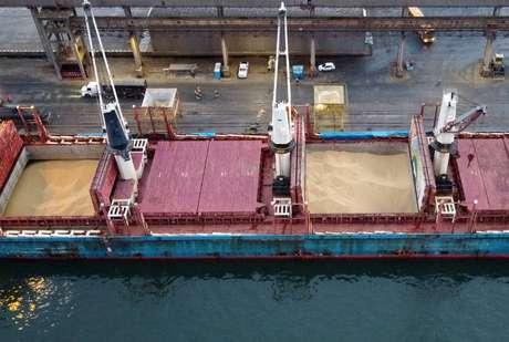 Navio descarrega soja importada nos EUA no porto de Paranaguá (PR)  03/12/2020 REUTERS/Rodolfo Buhrer