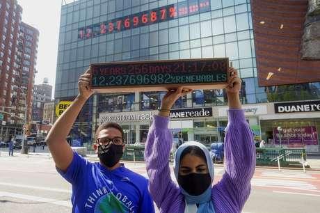 Ativistas climáticos fazem protesto em Nova York  19/4/2021   REUTERS/Carlo Allegri