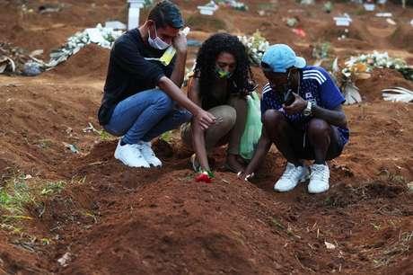 Parentes de vítima da Covid-19 choram no enterro em cemitério de São Paulo 23/03/2021 REUTERS/Amanda Perobelli