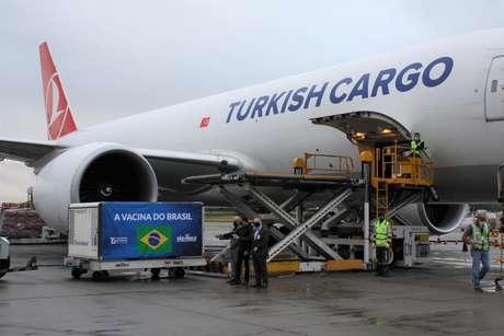 Chegada dos insumos para a produção da CoronaVac nesta segunda-feira (19), no aeroporto de Guarulhos (SP)