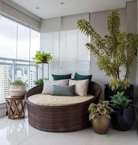5. Decore a varanda de apartamento com sofá redondo de vime. Fonte: Lilian Casagrande Paisagismo